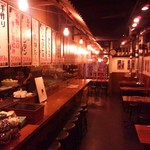 とんとん侍 - 古き良き昭和時代の雰囲気が漂う店内風景