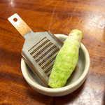 萩の茶屋 - 貴重な生わさびを一本つけてくれる。すり下ろすのに時間が掛かるが、まろやかに「ツン」とくる味は格別