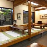 萩の茶屋 - 店内は主にテーブル席だが、6人掛けの小上がりも3卓ある