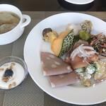 オールデイダイニング 「セリーズ」 - 料理写真:朝食ビュッフェ3900円(総額)。メロンは高級そうではありますが、熟れ方が今ひとつ。。ワンタンスープが私の好みに合っていて、とーっても美味しかったです(╹◡╹)(╹◡╹)