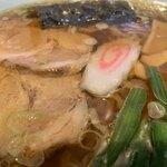 119812484 - 「二尺玉ラーメン」接写。配膳時から食べ終わるまで、スープは最後まで熱々で戴けた。鶏がら由来の鶏脂がたっぷり浮かんでいて、この脂分が油膜の役割を果たしてくれている。透明度が大変高く、やや薄味の出来上がりだ。
