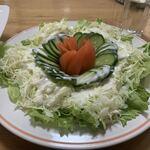 銀華亭 - 「サラダ」直径 26.5cm の平皿に盛られたサラダは、レタス・キャベツ・胡瓜にトマトが綺麗な円形に配されて盛られていた。トマトは丸々一個分であろうか。これもまた、相当にデカい品であった。