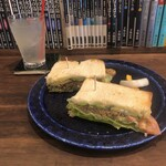 cafe zuccu - サンドウィッチ(ごぼうサラダとアボカドとトマト)とレモネード