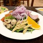 マヌエル・カーザ・デ・ファド - マヌエル風コブサラダ<具沢山サラダ> お皿を180度回転させて