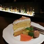 ザ・サンセット バー&ラウンジ - 料理写真:レモンケーキ越しのバーカウンター