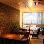 コンテナ カフェ&バー - ゆったりくつろげる空間と大きな窓は開放的です。