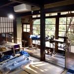 高澤記念館 - 和室の廊下に並ぶミシン