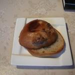 11989958 - 最初に供された「クルミのパン」