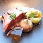 119891780 - 日本伝統野菜とフランス伝統食材の融合、ブレス産ピジョンの4年熟撰パテと胸肉のショーフロワ、京都伝統野菜山科茄子、シャインマスカットとアプリコット、キヌアのヴァリエテ、黒胡椒と生姜香るジュレを添えて
