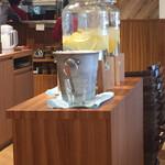 浅草グリルバーグ - 手前がグレープフルーツ水。奥がオレンジ水。氷はあるけどグラスはない。