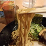 金澤濃厚豚骨ラーメン 神仙 - 麺