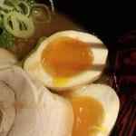 金澤濃厚豚骨ラーメン 神仙 - 味玉