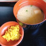 国境食堂 - カツ丼のお味噌汁とたくあん