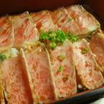 江戸庄 - 霜降りのトロ肉を2mmにスライスしたもののっています