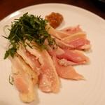 燻製イナダ商店 - 燻製梅肉で食べる大山地鶏のタタキ
