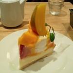 サンデーブランチ - 苺とマンゴーのタルト。角度を変えて。