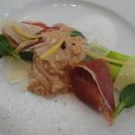レストラン ファロ 資生堂  - プリフィクスランチ(3800円)の前菜・アスパラガス 生ハムのムースとベーコンのスキューマ添え