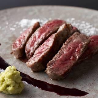 鉄板焼きで表現する斬新な日本料理。四季折々の味覚を味わう