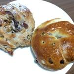 Mehl  - 料理写真:(左)栗とくるみ(税別 220円) (右)クリームチーズレーズン(税別 180円)