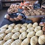 山のパン屋 ダディーズ・ベーカリー - 人気のパンが集まる中央テーブル(2019.11.18)
