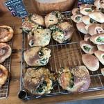 山のパン屋 ダディーズ・ベーカリー - これも今回買った、ほうれん草とチーズのフランス(2019.11.18)