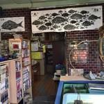 大阪屋 - 店内には、魚拓がたくさん飾られています。