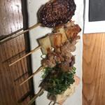119982863 - 串焼きのねぎま、せせり、各280円、国産牛、つくね、サーモン、各320円。鉄板で焼いているメリットはよくわかりませんが、せせりと国産牛は、とても美味しかったです(╹◡╹)