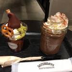 サタデイズ チョコレート ファクトリー カフェ - 左:ザ・サンデー 右:チョコレート・ミルク・クラシック