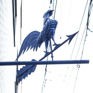 【アクセス抜群】目印は「青い風見鶏」!