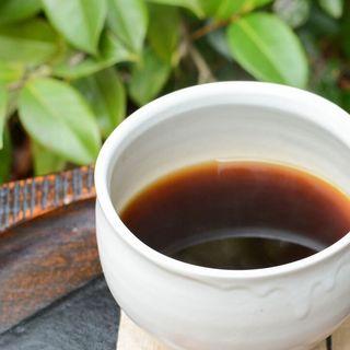 ハンドドリップで淹れる、香り高い挽きたてのコーヒーをどうぞ