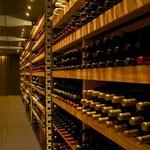 OTTO SETTE - 山梨・長野のワインを中心に常時2000本のワインを用意している。料理とのマリアージュをお楽しみ下さい
