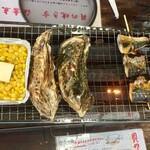沼津 海女小屋 BBQ - 左からコーンバター352円、カキ484円、塩さば串330円