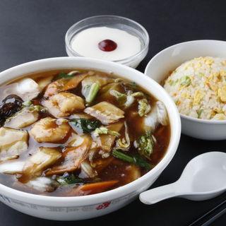 多彩な一品料理や、670円~のお得なランチ定食をご用意!