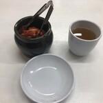 韓国キッチン ソウル市場 - キムチ サービス 食べ放題 トウモロコシのお茶も美味しい