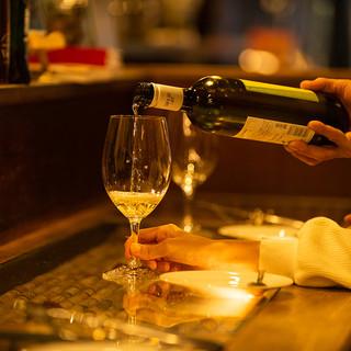 100種以上のワインがメイン。他、厳選クラフト酒の数々