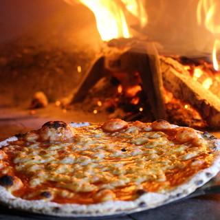 石窯で焼き上げるピザは、カリもち食感♪スモールサイズもOK