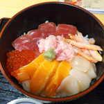 蟹喰楽舞 - この日はマグロ・サーモン・カニ・ホタテ・いくらが乗っていた。蟹は少量だが、旨味が凝縮