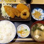 蟹喰楽舞 - ミックスフライ定食(¥850)。コロッケがカレー味なのがポイント、それでごはんが進む