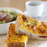 アリタハウス - 自家製ベシャメルソースとたっぷりのチーズで焼き上げたクロックムッシュは軽食ランチの定番