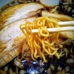 らーめんラブル - 麺!〇ちゃんラーメンぽい!チャーシューの豚ダシと薬味と刻み玉葱によりスープの味はしっかりしてます。