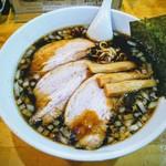 らーめんラブル - 黒ラーメン (竹岡式)!チャーシューの煮汁と乾麺の茹で汁のみで黒い!
