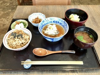 やさい料理 つむぎや - サーモンと豆腐のきのこ蒸し、玄米ごはん、九条葱の入った出汁巻き玉子、切り干し大根、香の物、大根と人参 玉ねぎの味噌汁