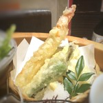Hakatanaginoki - 天ぷら・・「海老」「シシトウ」「白身魚」など。揚げたてで美味しい。天つゆ付。