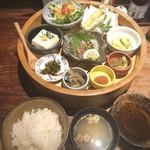 Hakatanaginoki - 「なぎの木膳(1000円:外税)」・・お料理数種類が盛られた「籠」、ご飯、お味噌汁など。 メニューを見た限りでは「ご飯」と「お味噌汁」はお代わり可能なようです。