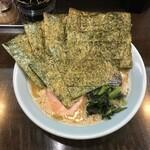 横浜家系ラーメン 作田家 - 海苔は被せるスタイル、低温調理のチャーシューが目立ちます。