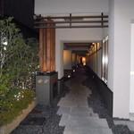 月陽 KARASUMA - 玄関に続く路地
