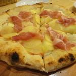 ピッツァ ベッカフィーコ - じゃがいもと生ハムのピザ