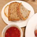 120180434 - 食べ放題のパンと、スープ