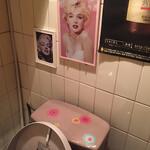120181580 - 2019年11月。トイレのマリリン②。