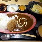 板前バル - カフェのハンバーグカレー(¥900)。カレーは万人向けの中辛だが、ピリ辛感もちゃんとあって美味しい